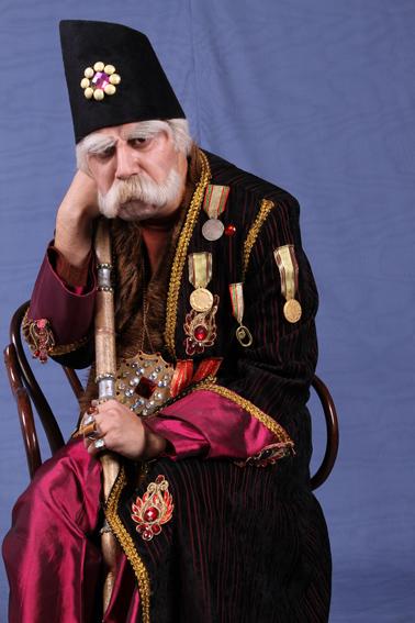 عکس جواد عزتی در نقش بابا اتی